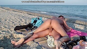 Amateur Driving Couple Suck Dick At Beach